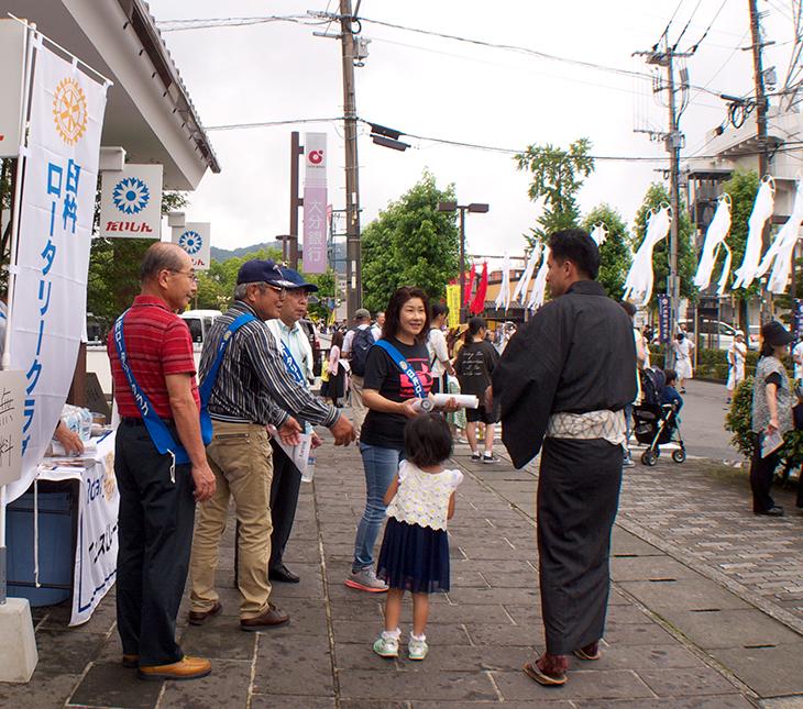 臼杵祇園まつりでの参加者・見物客への飲料水の提供(臼杵RC)