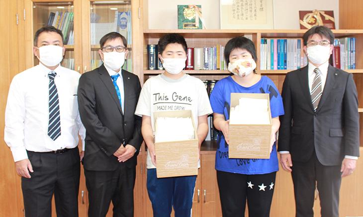 支援学校へオリジナル布マスク300枚を贈呈(日出RC)