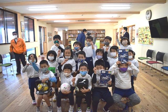 地元天草の園児にサッカーボール贈呈を実施しました!(天草中央RC)