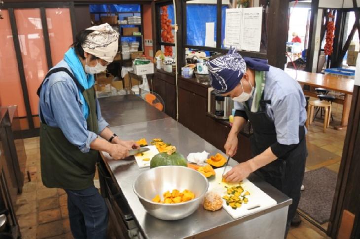 被災地でのボランティア活動と「ひまわり亭」さんへの義援金贈呈(熊本西RC)